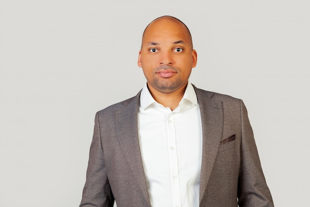 Un giovane uomo afroamericano, intelligente e fiducioso, con una camicia e una giacca, uno sguardo intelligente, fiducioso nel suo successo