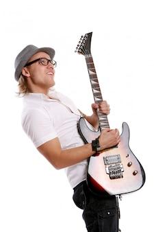 Un giovane uomo attraente con la chitarra