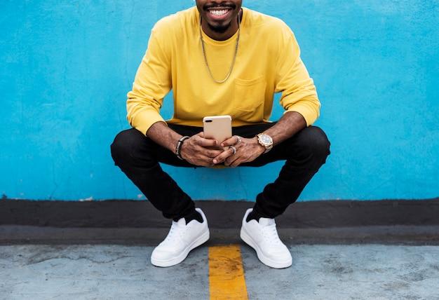 Un giovane uomo con il suo telefono cellulare