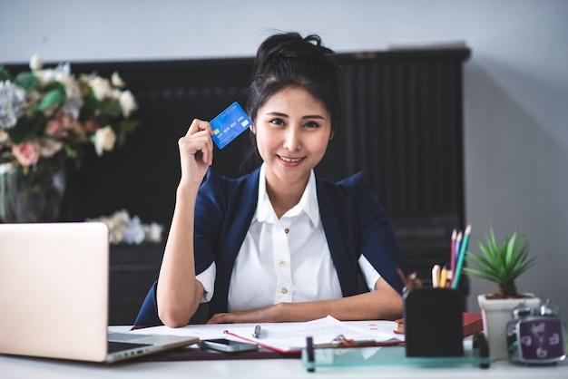 Un giovane uomo d'affari sta lavorando con una transazione con carta di credito.