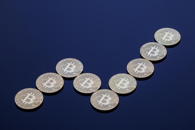 Un grafico ascendente della crescita di bitcoin costituito da monete