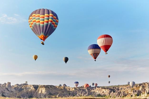 Un gran numero di palloncini volano in mattinata nel cielo