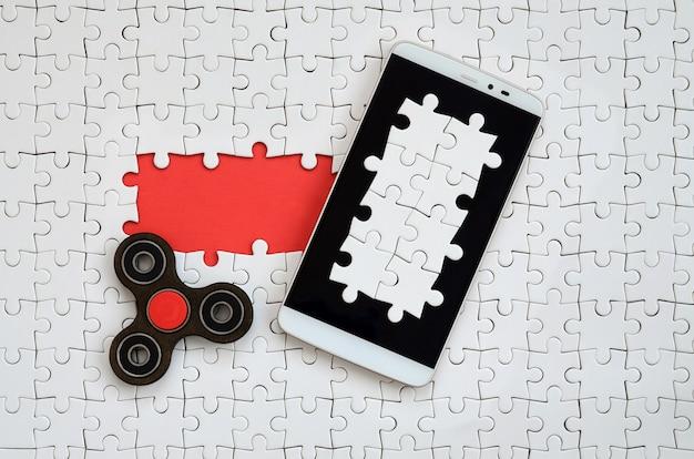 Un grande smartphone moderno con un touch screen e una bugia spinner
