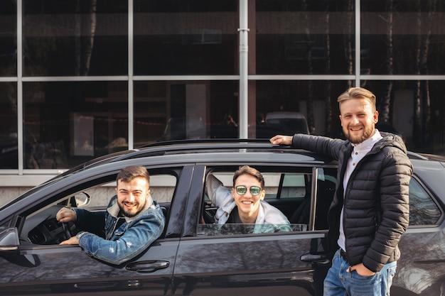 Un gruppo di amici che si divertono in macchina.