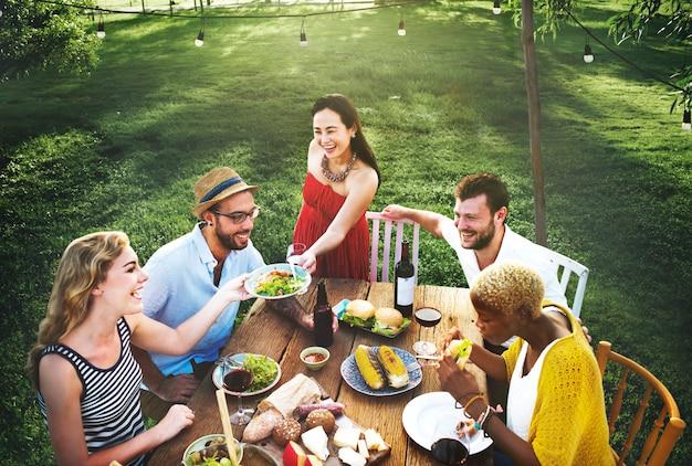 Un gruppo di amici diversi si stanno riunendo