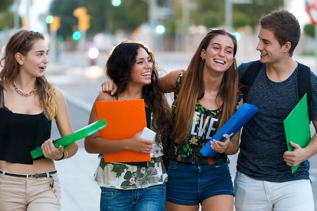 Un gruppo di amici parlando in strada dopo la classe