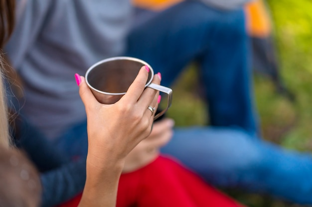 Un gruppo di amici si sta godendo una bevanda calda
