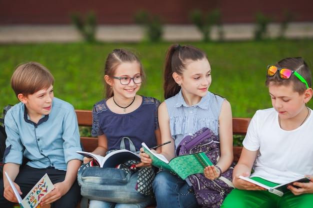 Un gruppo di bambini va al college.