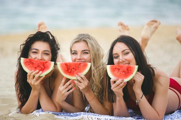 Un gruppo di belle ragazze sull'abbronzatura della spiaggia