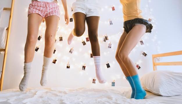 Un gruppo di donne diverse che saltano sul letto insieme