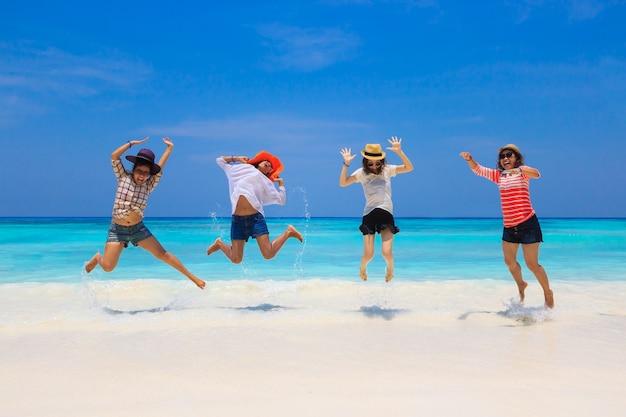 Un gruppo di donne si diverte a giocare sulla spiaggia di sabbia