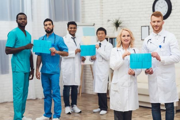 Un gruppo di dottori si posa sulla telecamera.