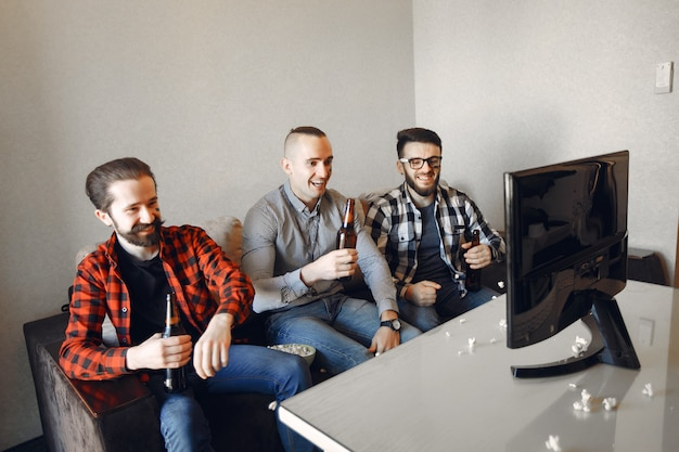 Un gruppo di fan sta guardando il calcio in tv