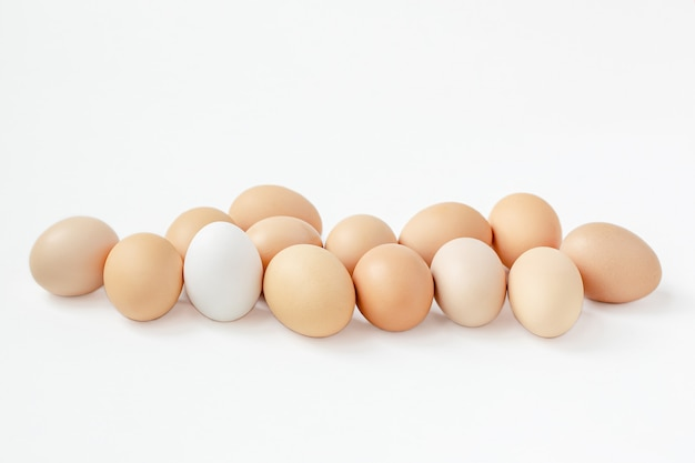 Un gruppo di fondo bianco delle uova marroni. prepararsi per le vacanze di pasqua.