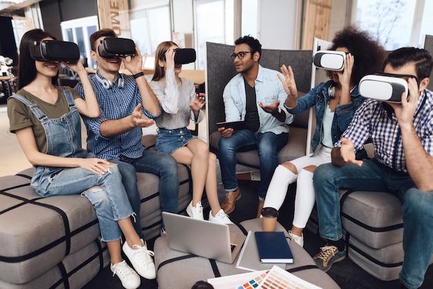 Un gruppo di giovani designer guarda gli occhiali per la realtà virtuale.