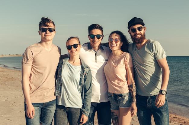Un gruppo di giovani si gode la festa estiva in spiaggia