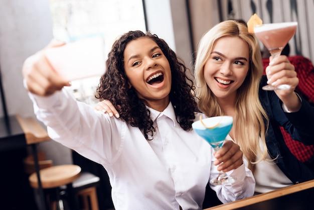 Un gruppo di giovani sta riposando in un bar.