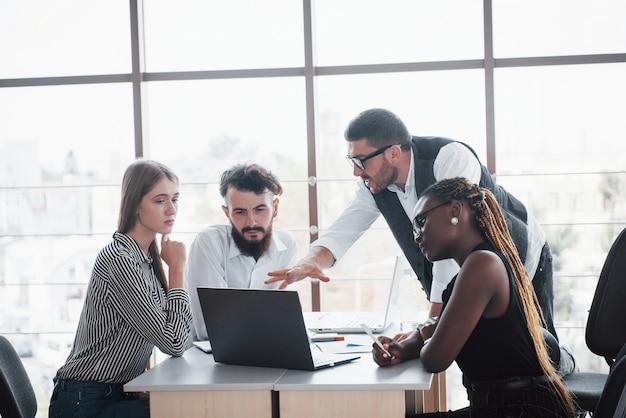 Un gruppo di persone impegnate multinazionali che lavorano in ufficio