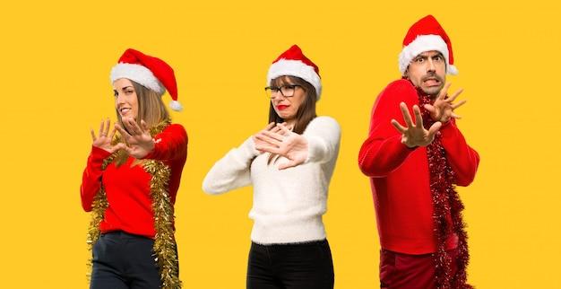 Un gruppo di persone la donna bionda vestita per le vacanze natalizie è un po 'nervosa