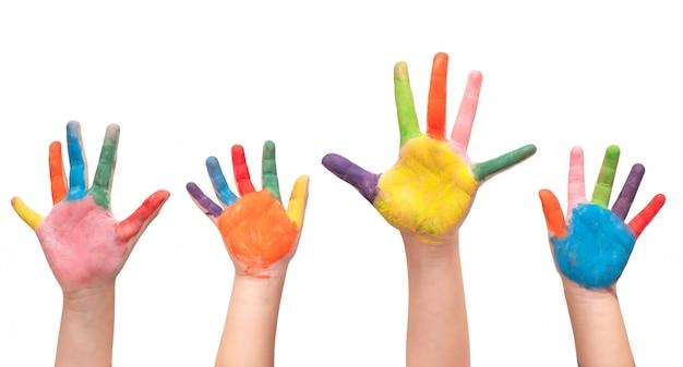 Un gruppo di quattro mani dei bambini dipinte su fondo bianco.