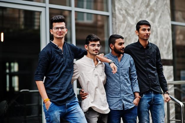 Un gruppo di quattro uomini indiani