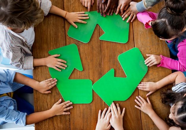 Un gruppo di scolari che studiano il riciclaggio