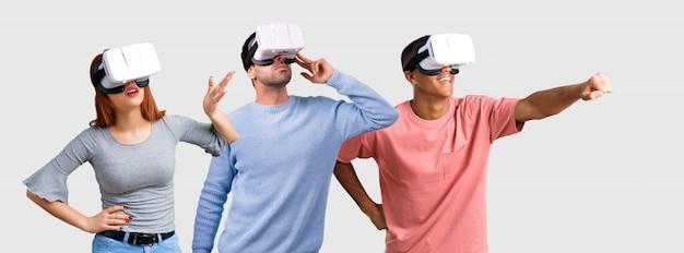 Un gruppo di tre amici che utilizzano occhiali vr. esperimenti di realtà virtuale