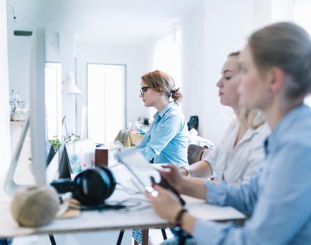 Un gruppo di tre donne di affari che lavorano nell'ufficio