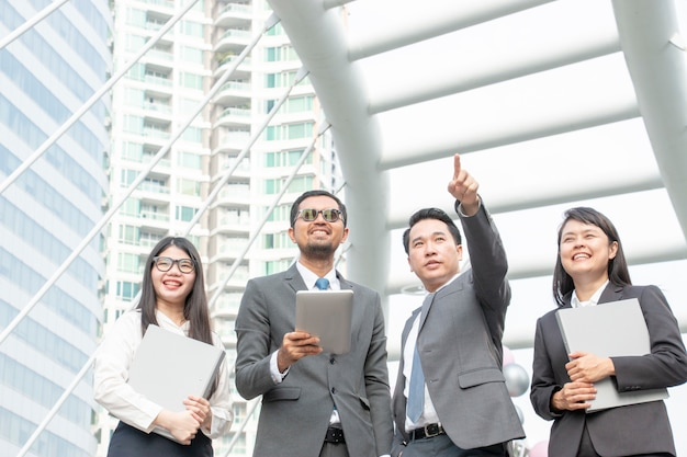 Un gruppo di uomini e donne d'affari lavorano insieme fuori dall'ufficio