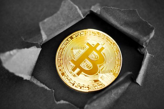 Un'icona simbolo segno oro bitcoin scoppiando attraverso uno sfondo