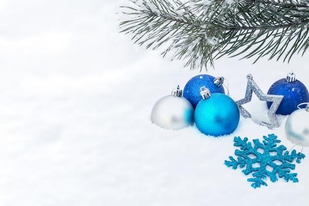 Un'immagine con decorazioni natalizie.