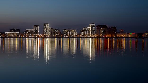 Un'immagine con una città notturna.