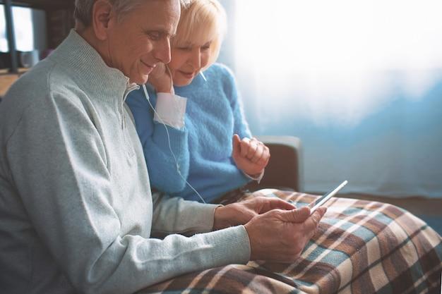 Un'immagine da un'altra angolazione in cui gli anziani guardano i film