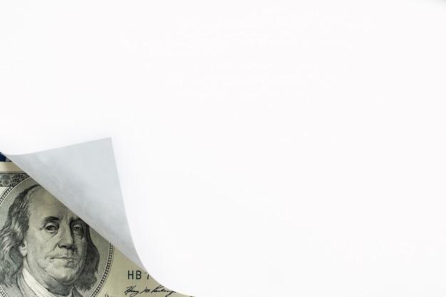 Un'immagine del ricciolo di carta e cento banconote in dollari