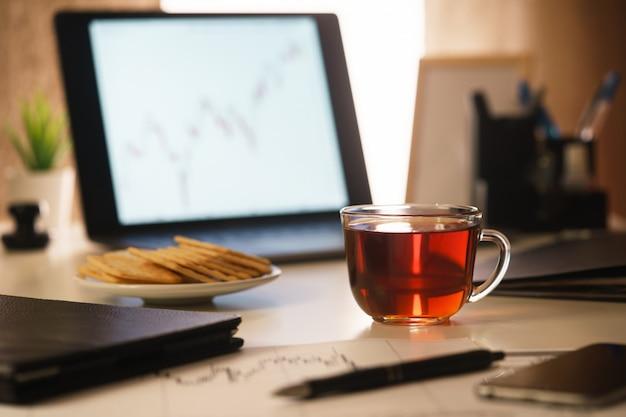 Un'immagine di una mattina, scrivania di un primo piano dell'analista finanziario.