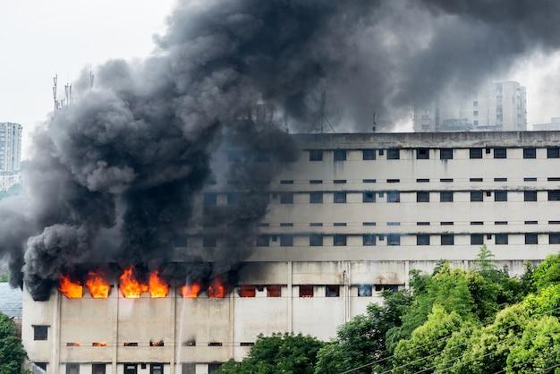 Un incendio scoppiò nel magazzino e i vigili del fuoco stavano spegnendo il fuoco.