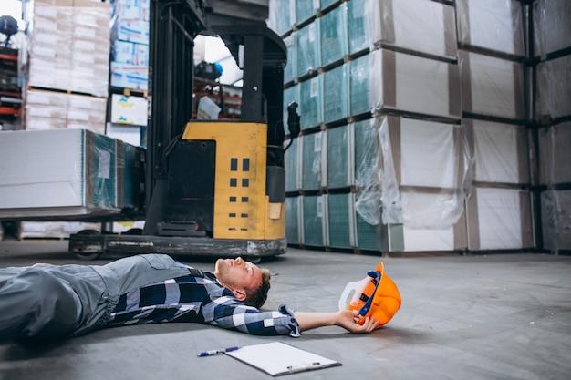 Un incidente in un magazzino, uomo sul pavimento