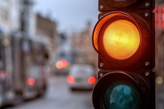 Un incrocio di città con un semaforo. luce arancione in semaforo