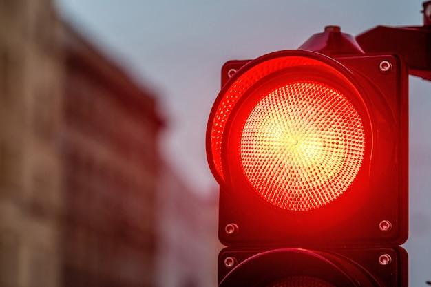 Un incrocio di città con un semaforo. luce rossa in semaforo