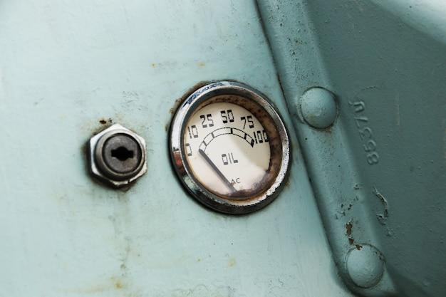 Un indicatore di livello dell'olio per auto d'epoca.