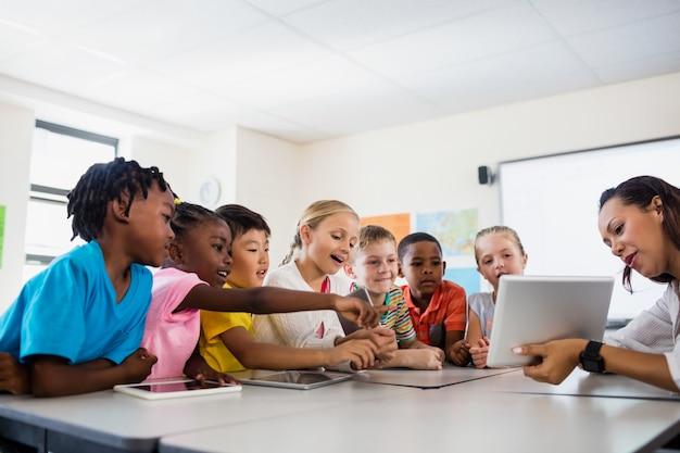 Un insegnante che dà lezione con il computer tablet