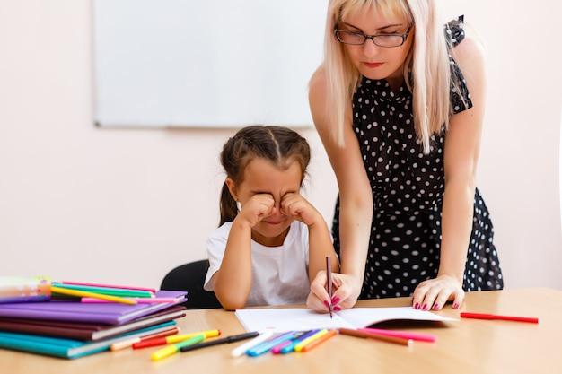 Un insegnante severo e un piccolo studente