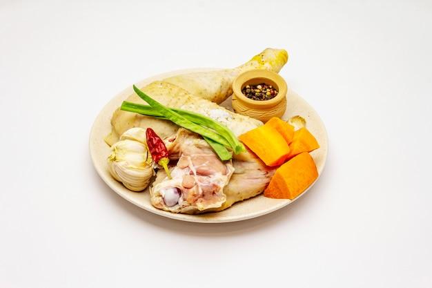 Un insieme di prodotti per brodo di pollo isolato