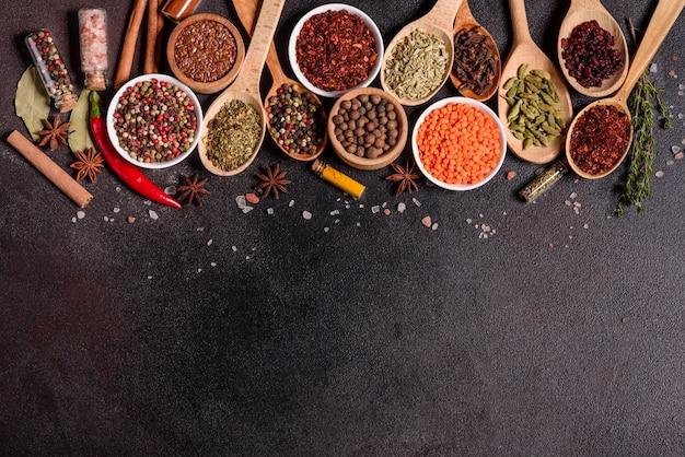 Un insieme di spezie ed erbe aromatiche. cucina indiana. pepe, sale, paprika, basilico e altro. vista dall'alto.