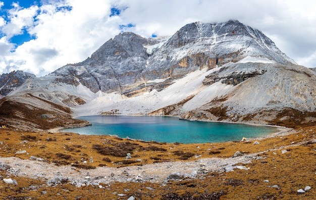 Un lago di cinque colori al parco nazionale di doacheng yading, sichuan, cina. ultima shangri-la