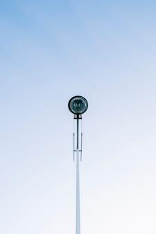 Un lampf moderno della via della città con il cielo blu libero