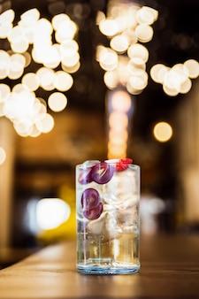 Un long drink ghiacciato rinfrescante con uva e fragola al bar