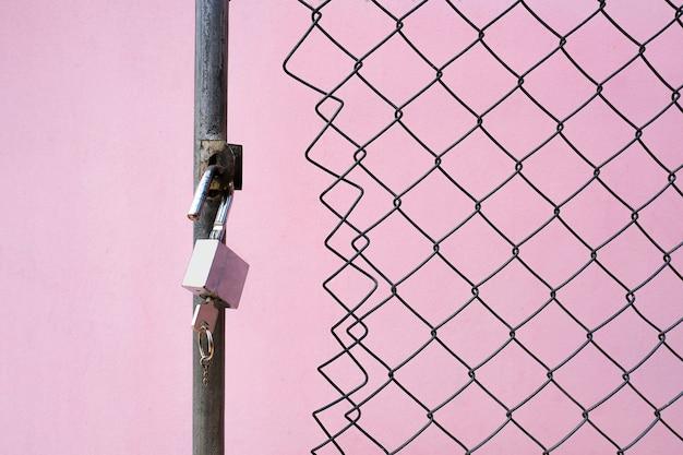 Un lucchetto e una chiave al cancello cablato