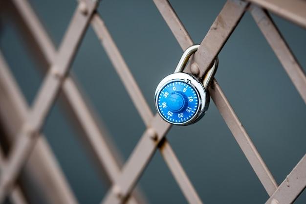Un lucchetto simbolico alla ringhiera del ponte di brooklyn, new york, stati uniti d'america
