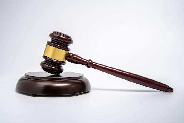 Un martelletto di legno del giudice isolato su bianco